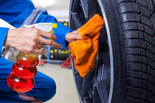 Utilisez un nettoyant pour pneus à faible teneur en acide