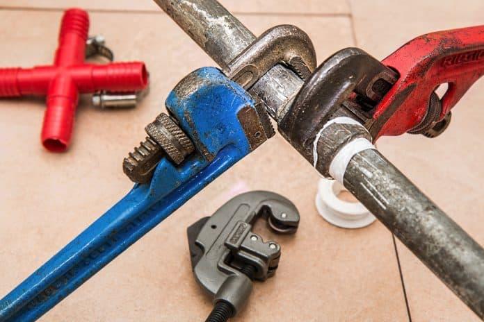 réparer une fuite d'eau sur un tuyau en plomb